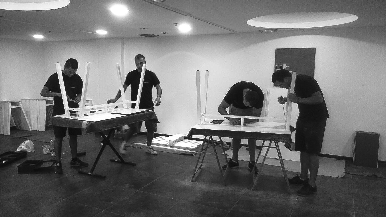 Parte del equipo de San Antonio Mudanzas Valencia en el montaje de muebles de la Escuela de Hostelería de Madrid